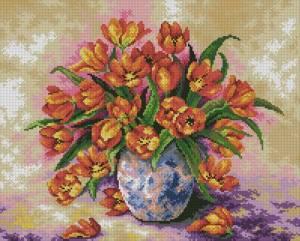 Яркие тюльпаны в вазе
